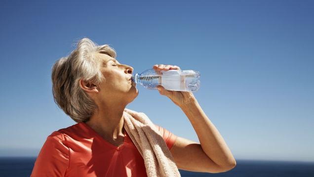 Bere Acqua Per Gli Anziani